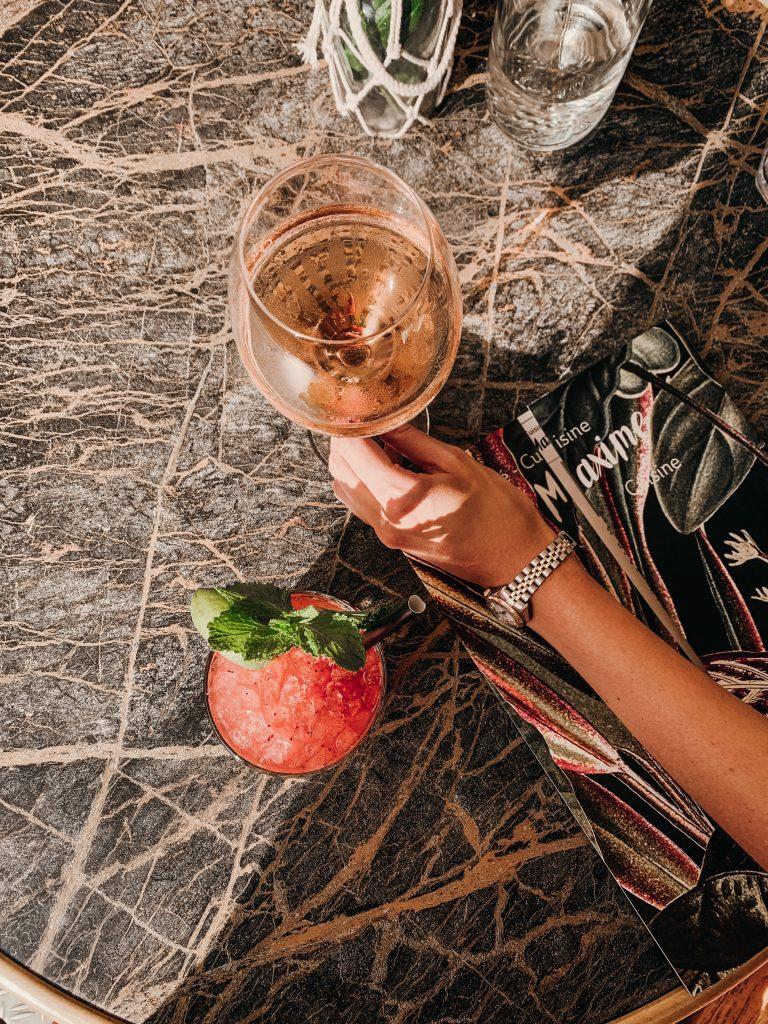 rose drinken op terras van st.maxime
